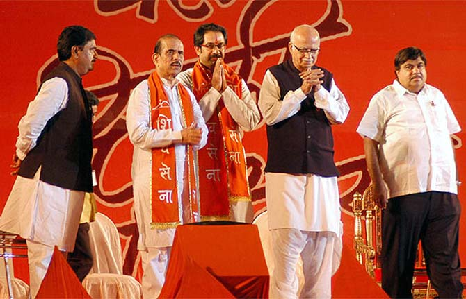 BJP's Nitin Gadkari, Advani and Gopinath Munde with Shiv Sena leaders Uddhav Thackeray and Manohar Joshi