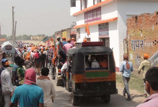 An almost entirely male crowd makes its way to the Chhapra rally.