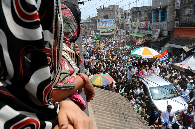Crowds throng Bankura for a glimpse of the Sen family.