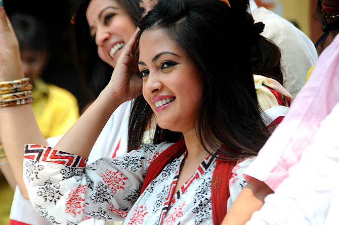 Raima and Riya Sen mesmerise the crowd with their beautiful smiles.