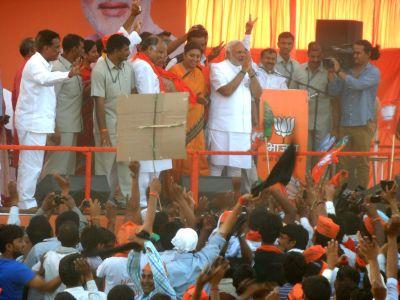 Narendra Modi with BJP candidate Smriti Irani in Amethi
