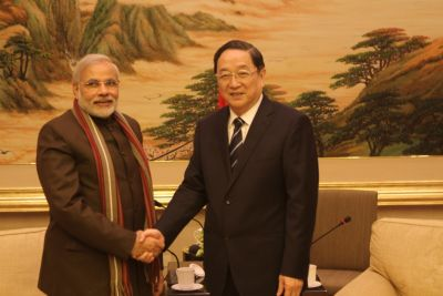 Narendra Modi with a Chinese official