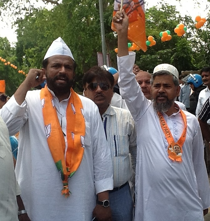 Modi's supporters cheer for him during the Delhi parade