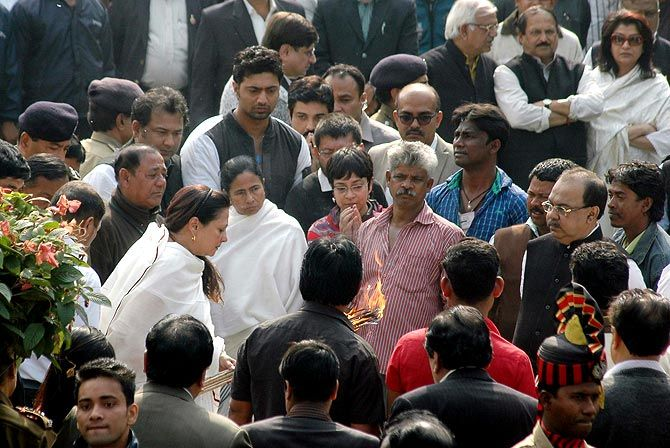 Moon Moon with Mamata Banerjee at Suchitra Sen's funeral.