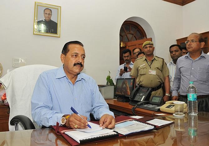 Modi sarkar goes to office