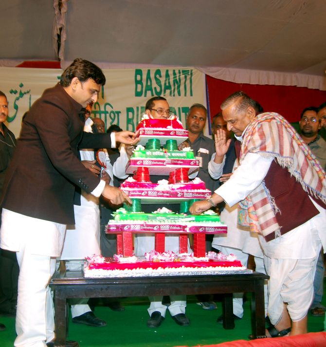 India News - Latest World & Political News - Current News Headlines in India - Mulayam cuts 75-ft cake at grand birthday bash