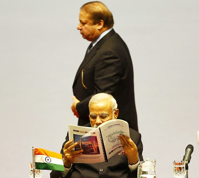India News - Latest World & Political News - Current News Headlines in India - PM ignores Sharif, chooses to meet other SAARC leaders