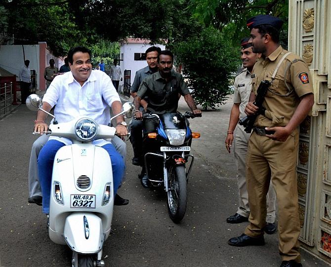India News - Latest World & Political News - Current News Headlines in India - Where's your helmet, Mr Gadkari?