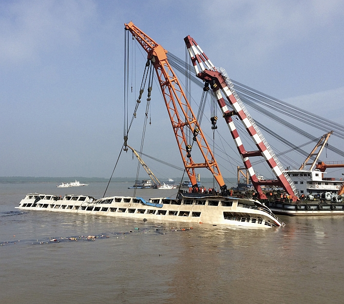 Chinese Rescuers Lift Capsized Cruise Ship Toll Crosses - Chinese cruise ship