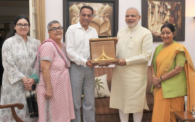 Prime Minister Narendra Modi and External Affairs Minister Sushma Swaraj present the Bangladesh Liberation War Honour to Atal Bihari Vajpayee's son-in-law Ranjan Bhattacharya, daughter Namita Bhattacharya and grand daughter Neha Bhattacharya.