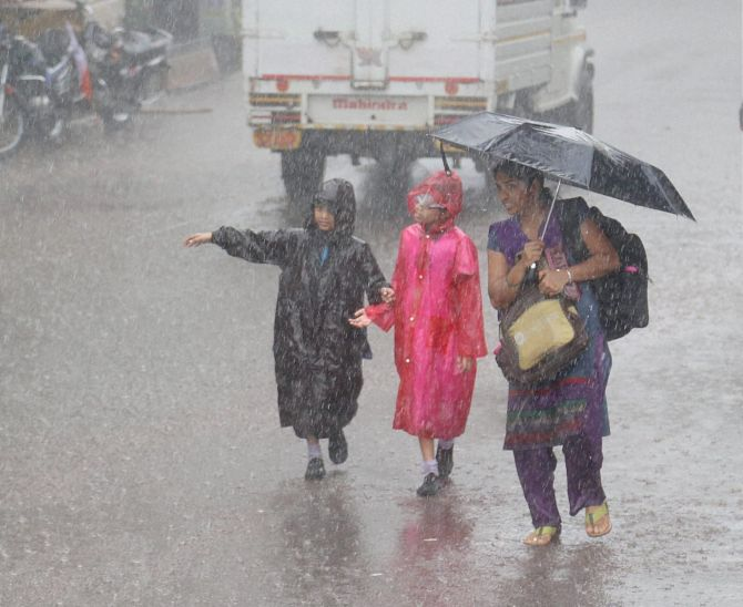 India News - Latest World & Political News - Current News Headlines in India - PHOTOS: Showers bring a smile to Mumbaikars' faces