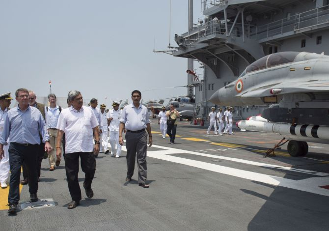US Secretary of Defence Ash Carter and Defence Minister Manohar Parrikar tour the INS Vikramaditya at the Indian Naval Station Karwar.