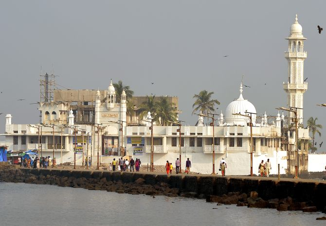 India News - Latest World & Political News - Current News Headlines in India - Haji Ali Dargah trust finally relents, allows women's entry into inner sanctum