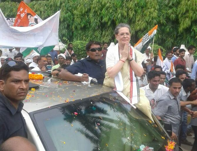 India News - Latest World & Political News - Current News Headlines in India - Sonia Gandhi complains of high fever, Varanasi road show halted