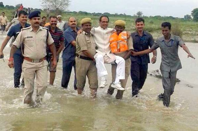 India News - Latest World & Political News - Current News Headlines in India - On visit to flood-hit areas, Madhya Pradesh CM gets a 'lift' by cops