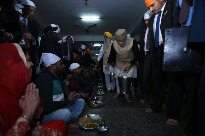 India News - Latest World & Political News - Current News Headlines in India - PHOTOS: PM serves langar at Golden Temple