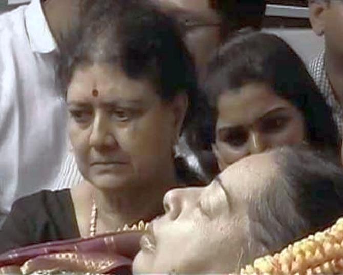 India News - Latest World & Political News - Current News Headlines in India - At Rajaji Hall, Sasikala stands by her 'akka'