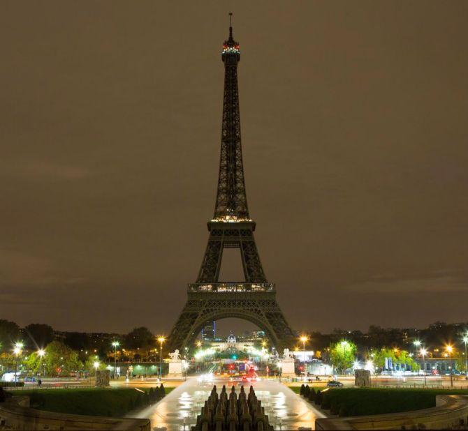 Paris Turns Off Eiffel Tower Lights For Aleppo Rediff Com India News
