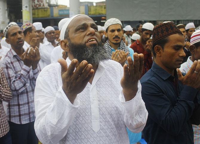 People offering Eid-ul Fitr namaaz at the Jama Masjid in Bandra ...