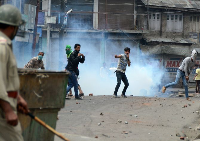 India News - Latest World & Political News - Current News Headlines in India - Why civilians confront the army in Kashmir