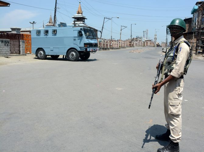 India News - Latest World & Political News - Current News Headlines in India - Kashmir unrest: Uneasy calm in Valley as curfew continues in 5 districts