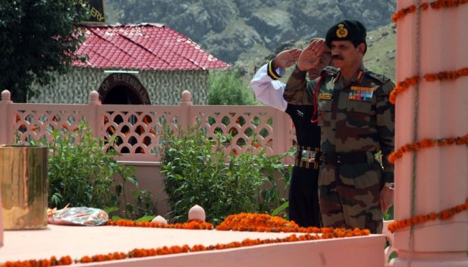 India News - Latest World & Political News - Current News Headlines in India - Army chief pays tribute to Kargil martyrs on Vijay Diwas