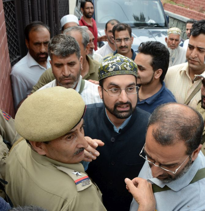 India News - Latest World & Political News - Current News Headlines in India - Kashmir unrest: Separatists' march foiled; Geelani, Mirwaiz detained