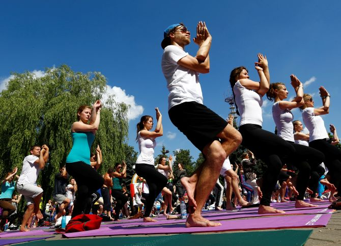 India News - Latest World & Political News - Current News Headlines in India - PHOTOS: World rolls out its mats for Yoga Day