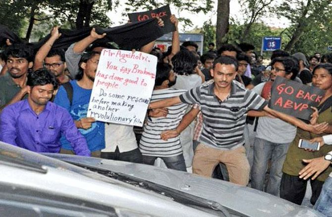 India News - Latest World & Political News - Current News Headlines in India - Clashes break out in Jadavpur University over screening film
