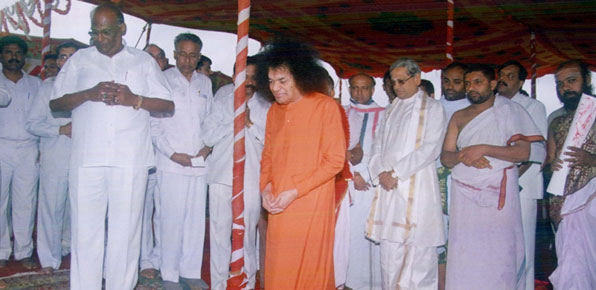 The late D K Adikesavulu with Satya Saibaba.