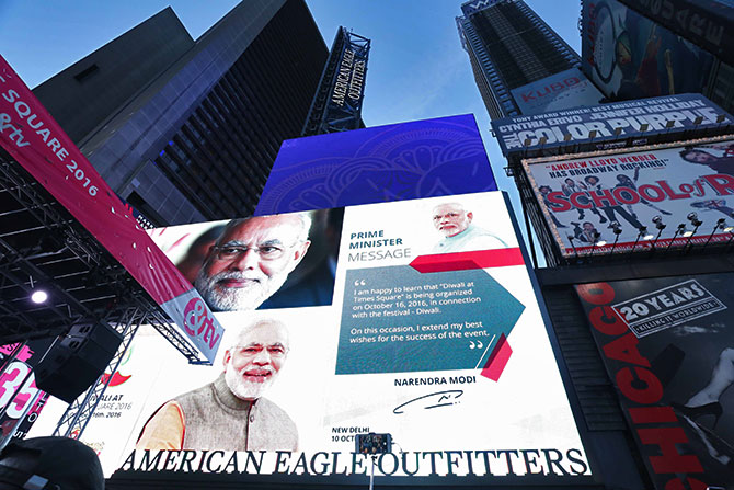 Prime Minister Narendra Modi sends the crowds his Diwali greetings. Diwali@Times Square