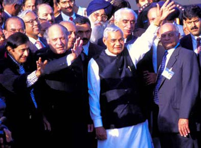 Dev Anand with Nawaz Sharif and Atal Bihari Vajpayee in Lahore, February 1999.