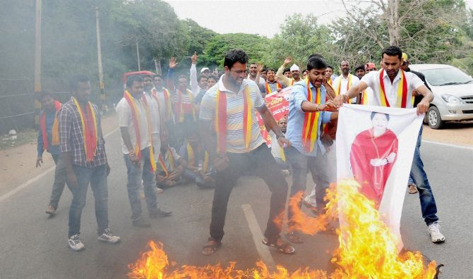 India News - Latest World & Political News - Current News Headlines in India - Buses burnt, roads blocked in Karnataka over order to release Cauvery water