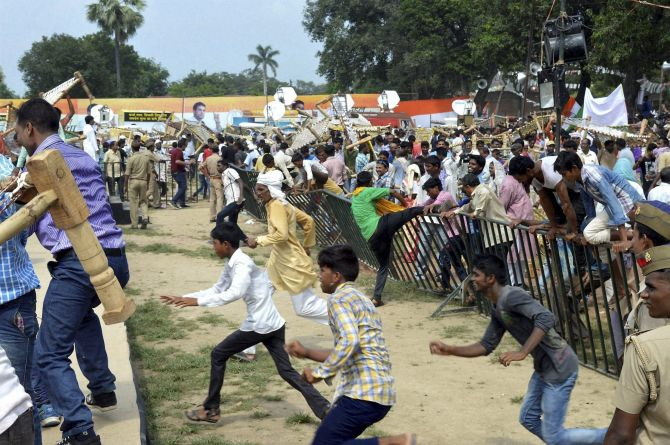 India News - Latest World & Political News - Current News Headlines in India - Rahul's 'Kisan Yatra' turns into fight over 'khats'