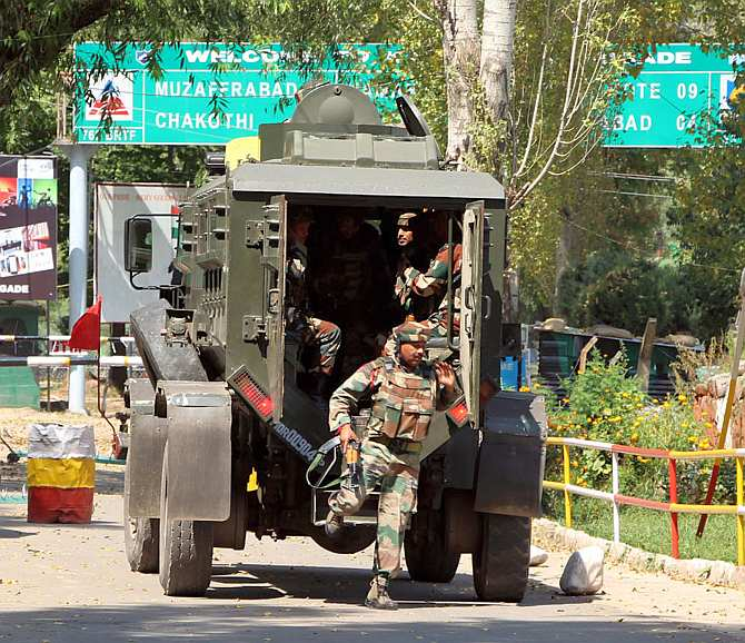 Soldiers on their way to neutralise the terrorists in the Uri camp.