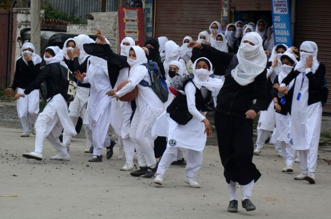 India News - Latest World & Political News - Current News Headlines in India - PHOTOS: Violent clashes erupt in Srinagar as colleges reopen