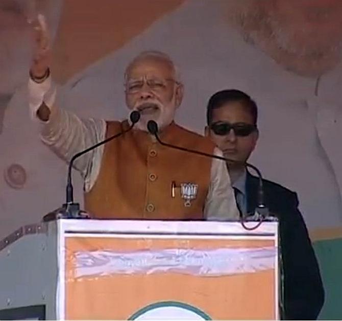 Modi alters Akhilesh's slogan: 'Kaam nahin karname bolte hain'