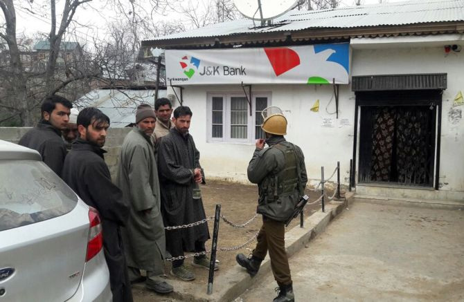 India News - Latest World & Political News - Current News Headlines in India - Suspected terrorists loot Rs 2-3 lakh from bank in Shopian