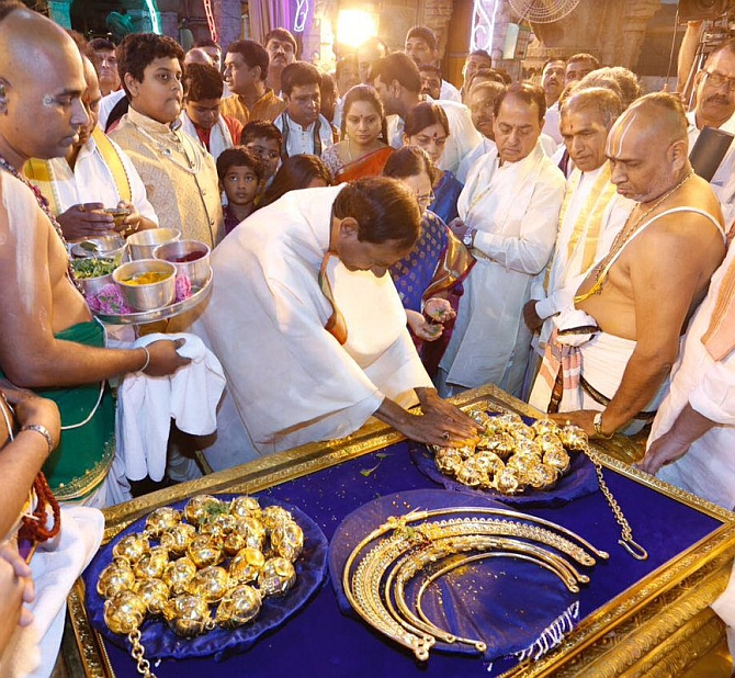 India News - Latest World & Political News - Current News Headlines in India - KCR's thanksgiving: Gold worth Rs 5 crore for gods