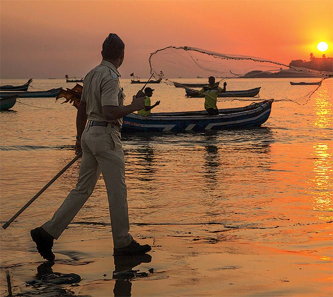 India News - Latest World & Political News - Current News Headlines in India - STUNNING PHOTOS: Mumbai cops in action