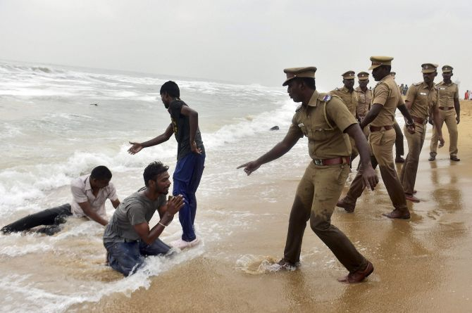 India News - Latest World & Political News - Current News Headlines in India - Jallikattu stir turns violent as cops evict protesters