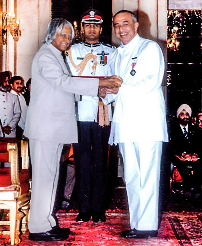 Astad Deboo receives the Padma Shri from President A P J Abdul Kalam