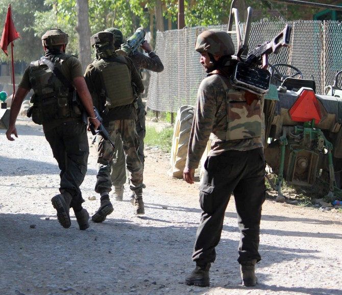 Soldiers advance with a rocket launch to neutralise the Lashkar-e-Tayiba terrorists in Kashmir, June 16, 2017. Photograph: Umar Ganie