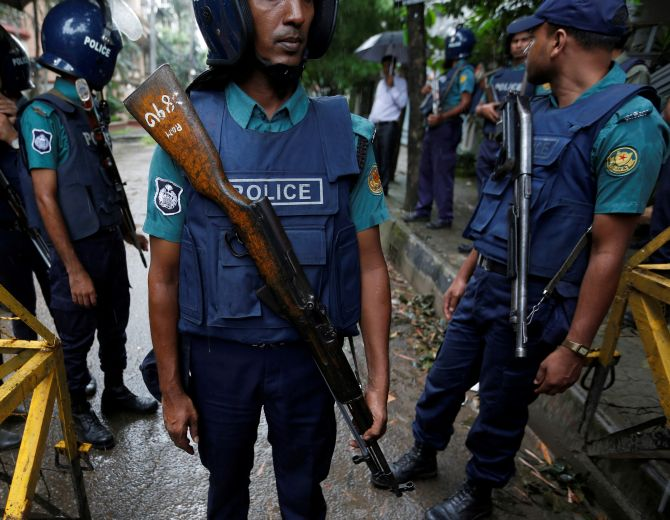 India News - Latest World & Political News - Current News Headlines in India - Bangladesh: 2 dead, 28 injured as commandos storm terrorists' den