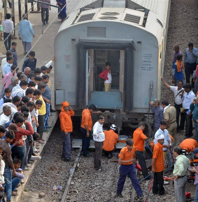 India News - Latest World & Political News - Current News Headlines in India - 11 coaches of Mumbai-Lucknow express derail at Unnao