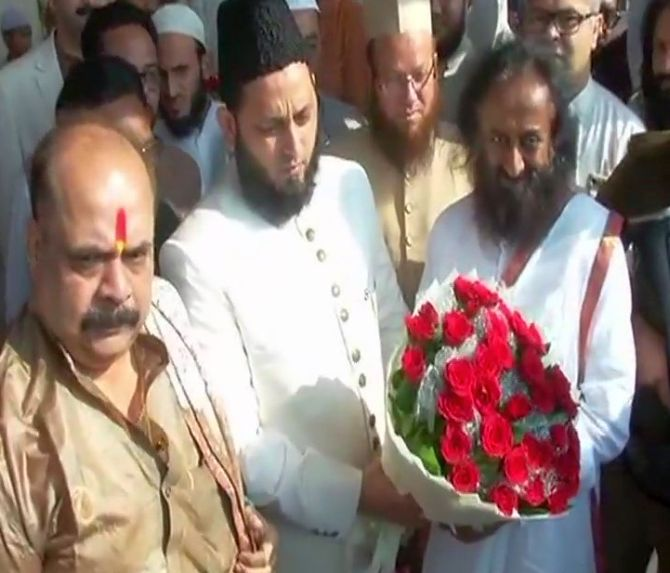 India News - Latest World & Political News - Current News Headlines in India - Babri dispute: Sri Sri meets Muslim leaders, says dialogue will resolve issue