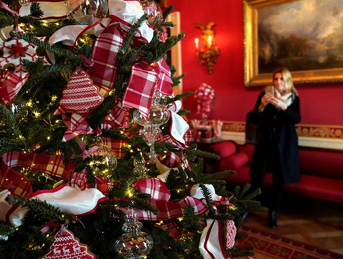 us first lady melania trump has paid close detail to every part of the decoration in fact she chose every detail of the decor and did a final check after - Melania Christmas Decor