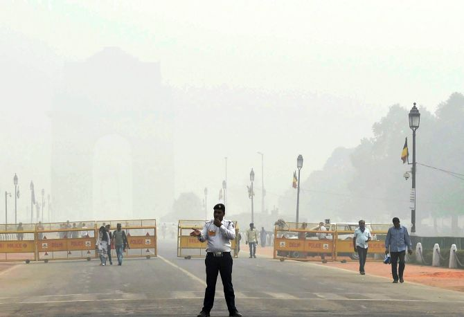 India Gate, obscured by Delhi's smog. Photograph: Manvender Vashist/PTI Photo