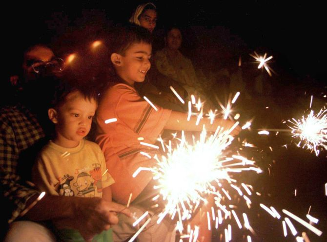 India News - Latest World & Political News - Current News Headlines in India - SC favours green Diwali; restricts bursting of crackers to 2 hours