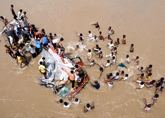 People conduct rescue operations after a bus plunged into the Purna River in Maharashtra's Buldhana district, about 600 km (372 miles) northwest of Mumbai, September 26, 2012. Photo: Striger/Reuters